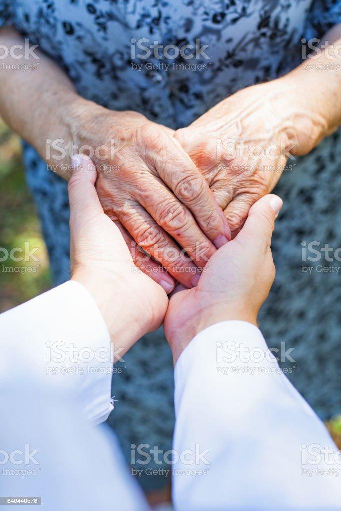Ältere Hände schütteln – Foto
