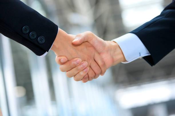 ビジネスマンの握手と背景を構築 ストックフォト
