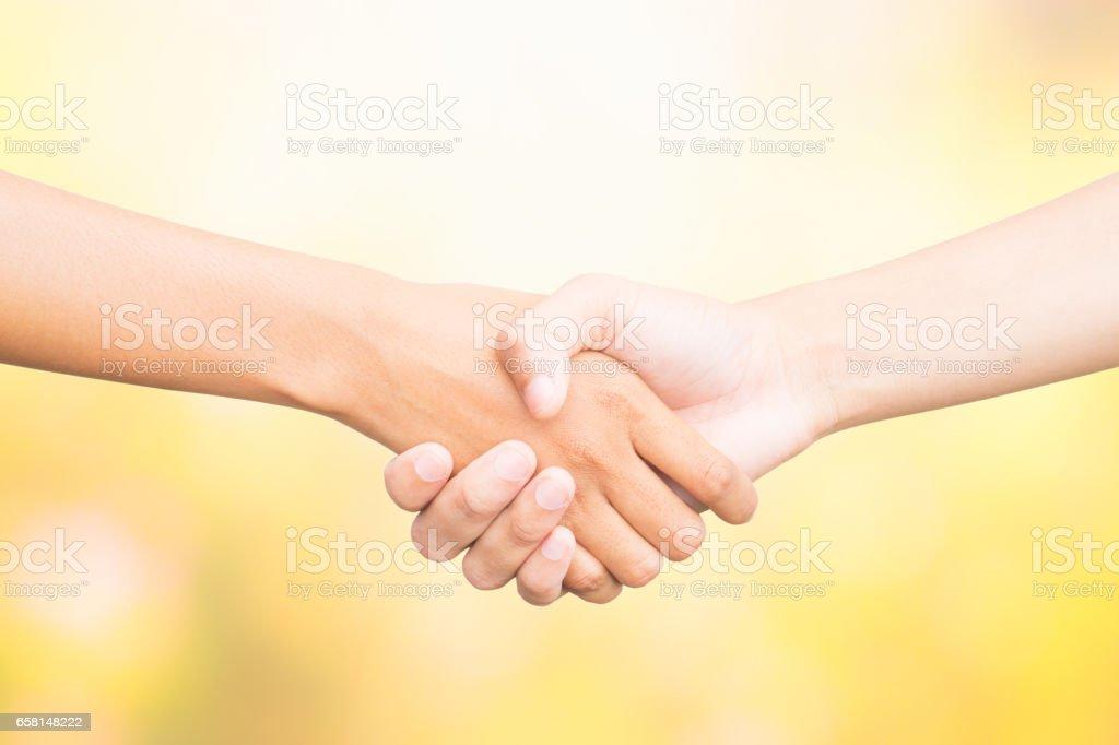 Händeschütteln von zwei männliche Personen, auf Farbe Natur Hintergrund. – Foto