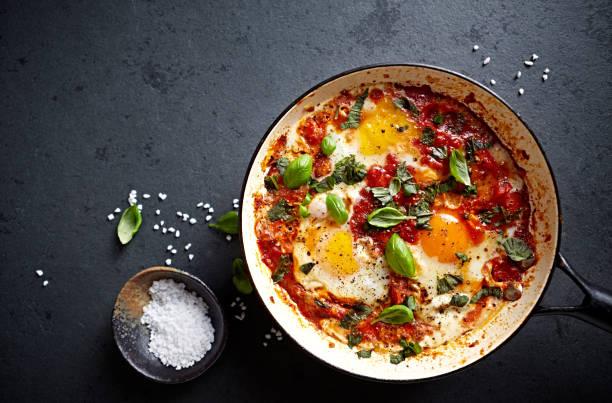 Chakchouka Eiern (Spiegeleiern in einer würzigen Tomatensauce) – Foto