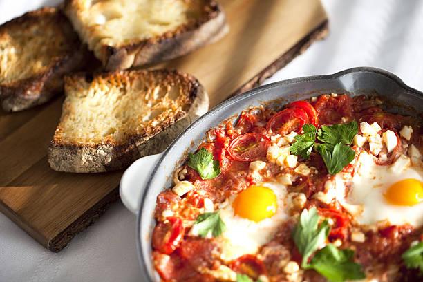 shakshuka in a  cooking pan - chefkoch auflauf stock-fotos und bilder