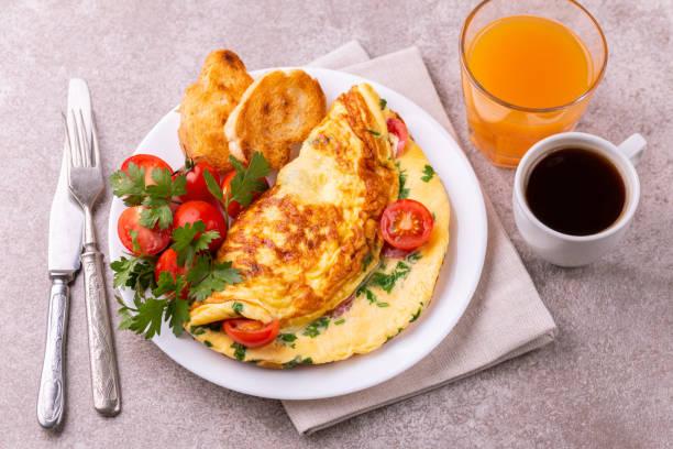 Shakshuka mit Toast Brot in einer Pfanne. Spiegeleier mit Tomaten, Paprika, Knoblauch, Zwiebeln, Gemüse und Kräutern. – Foto