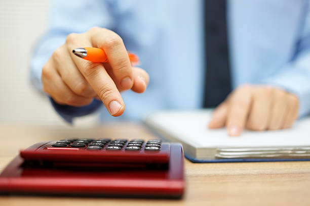 bassa profondità di campo di contabile calcolo dati finanziari - bonus foto e immagini stock