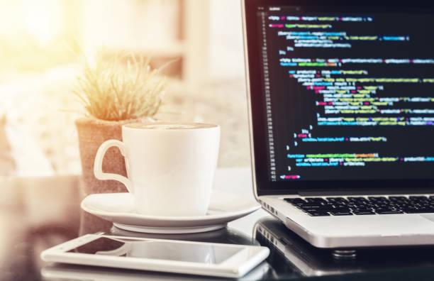 flachem fokus eines laptops mit source codes anzeige auf dem bildschirm in einem café. - html stock-fotos und bilder
