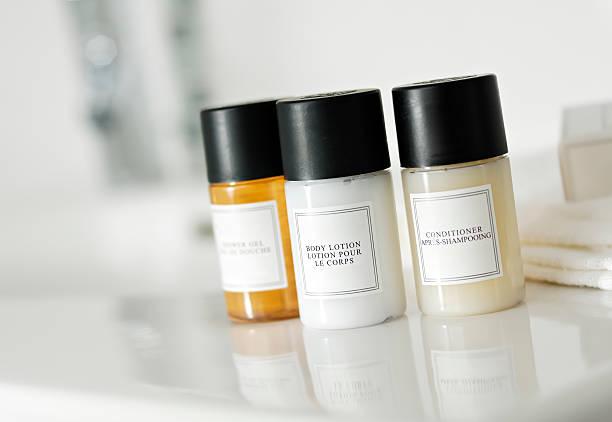 shampoo, balsamo e sapone bottiglie - prodotto per l'igiene personale foto e immagini stock