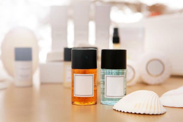 shampoo, conditioner und seife flaschen - 5 sterne hotel türkei stock-fotos und bilder