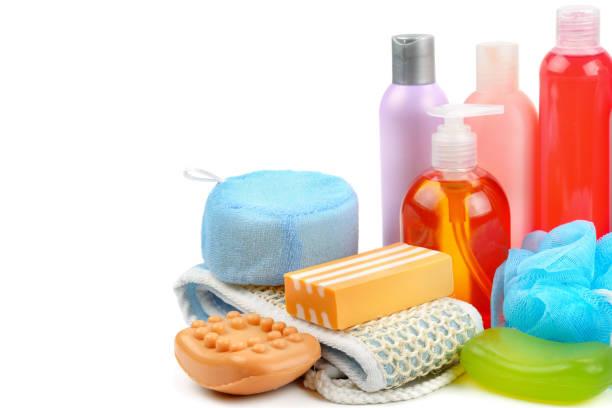 Shampoo, Seife und Bad Schwamm isoliert auf weißem Hintergrund. – Foto