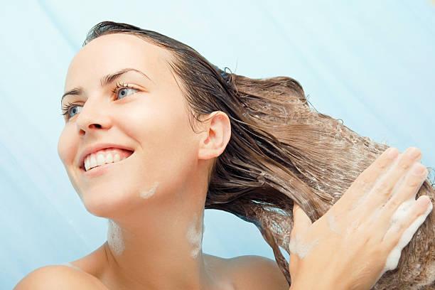 shampoo tempo! - lavarsi i capelli foto e immagini stock