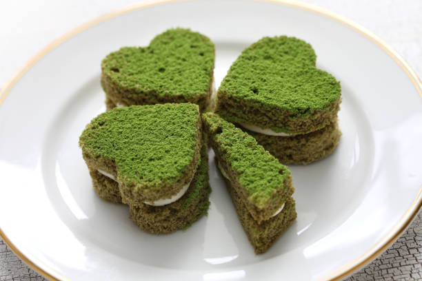 shamrock grüne kuchen, hausgemachte desserts für st. patricks day - grüntee kuchen stock-fotos und bilder