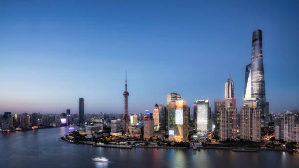 Skyline der Stadt Shanghai in der Dämmerung – Foto