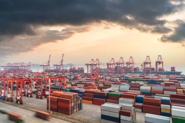 Shanghai-Container-terminal im Sonnenuntergang – Foto