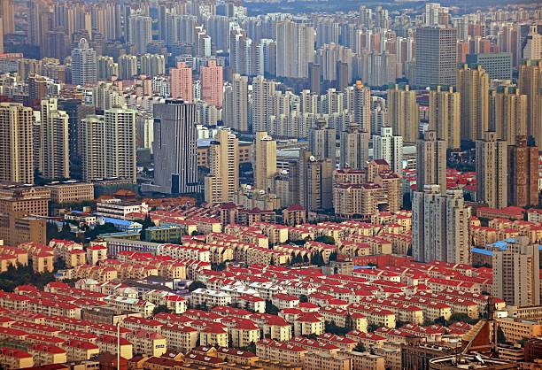 shanghai häuser und wolkenkratzer - hajohoos stock-fotos und bilder