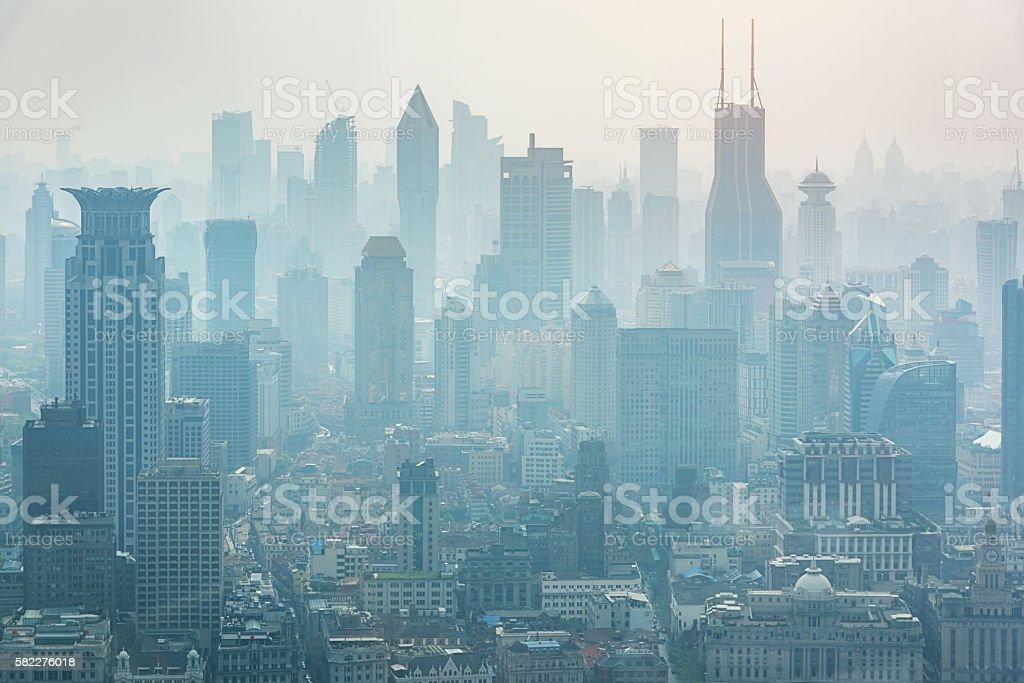 Shanghai in the Mist Fog Skyline China - foto stock