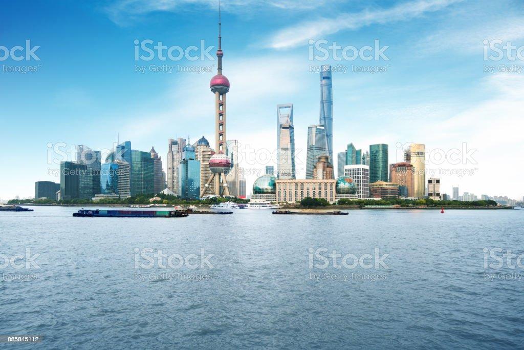 Skyline von Shanghai und Huangpu-Fluss an einem sonnigen Tag – Foto