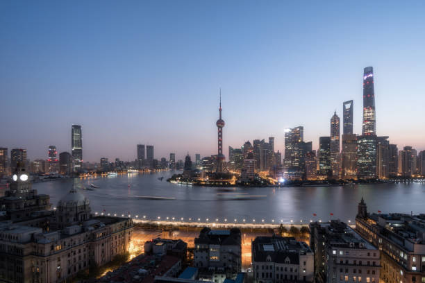 Shanghai skyline in der Abenddämmerung – Foto