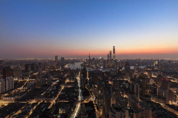 Skyline Panorama Blick in der Abenddämmerung, China Shanghai – Foto