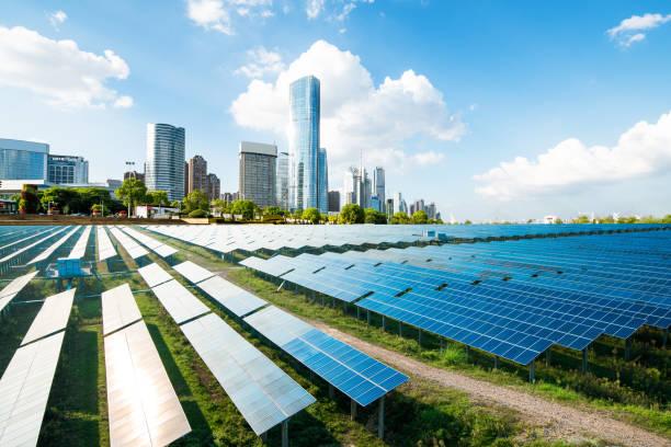 paysage urbain, les monuments et les panneaux solaires de shanghai - efficacité énergétique photos et images de collection