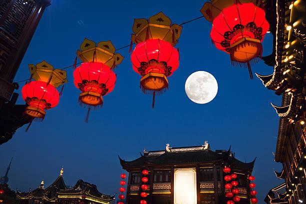shanghai giardini di yu yuan di notte, metà autunno - festival delle lanterne cinesi foto e immagini stock