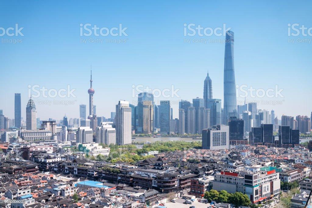 上海の豫園の庭園と浦東のスカイライン - アジア大陸のロイヤリティフリーストックフォト