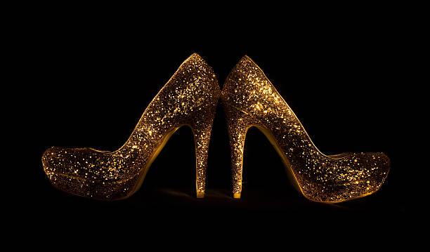 form ein traum-goldenen schuh. party girl's accessoires - glitzer absätze stock-fotos und bilder