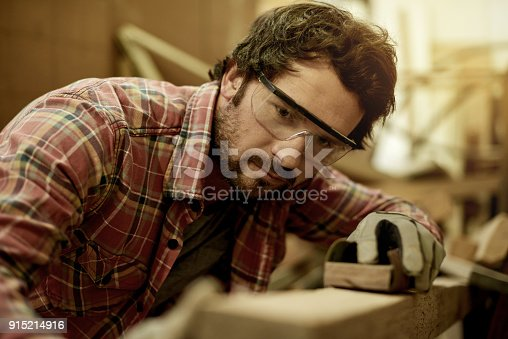 915192732 istock photo Shaping his wood to perfection 915214916