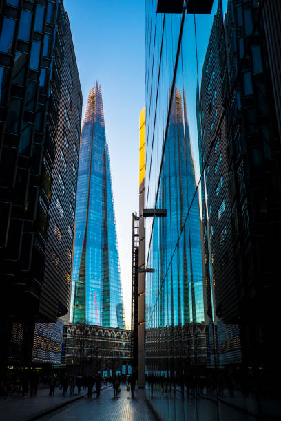 scherf en reflectie - shard london bridge stockfoto's en -beelden