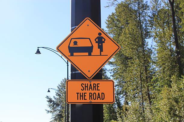Teilen Sie das Schild für Autofahrer und Fahrräder – Foto