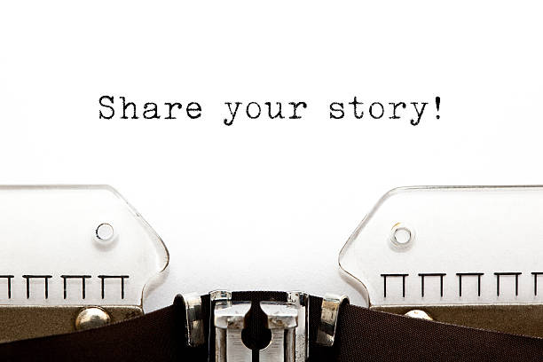 teilen sie uns ihre geschichte mit schreibmaschine - erzählender schreibstil stock-fotos und bilder