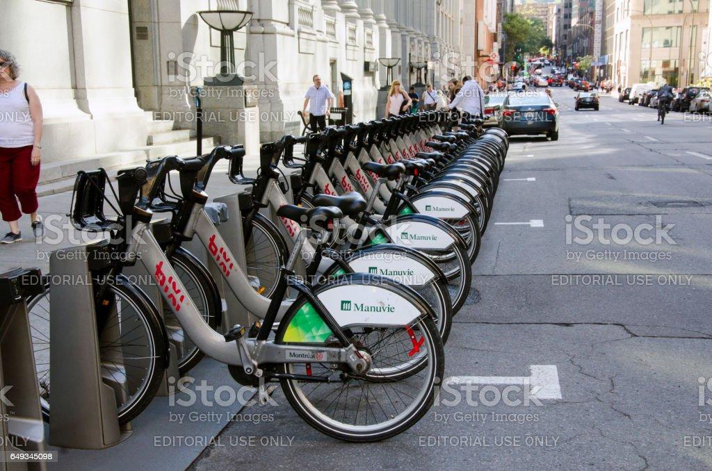 Partage de vélos dans les rues. Vélos au point d'ancrage - Photo