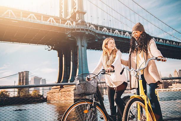 Compartilhando um passeio de bicicleta meu amigo na cidade de Nova York - foto de acervo