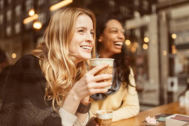 teilen einen lachen mit meinem freund - coffee shop stock-fotos und bilder