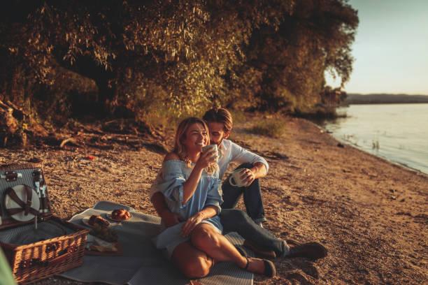 in einem besonderen moment - romantisches picknick stock-fotos und bilder