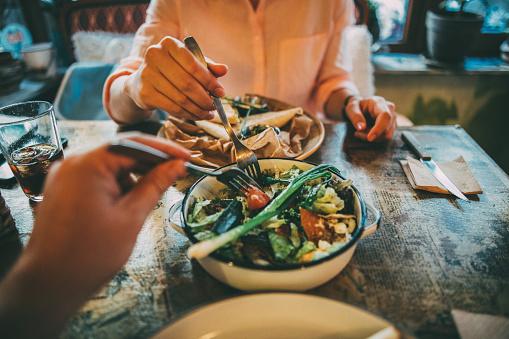 공유 음식 20-29세에 대한 스톡 사진 및 기타 이미지