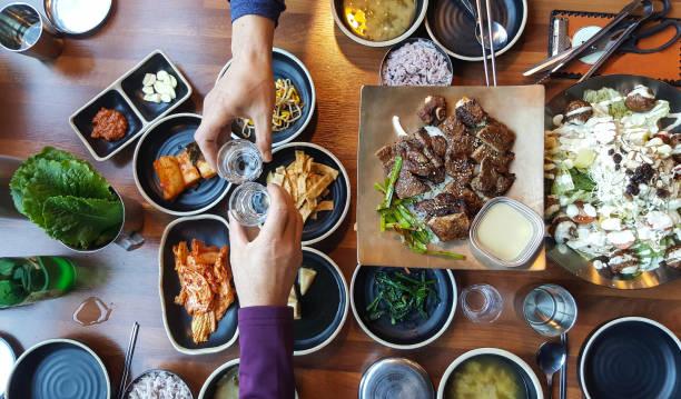 lekker eten en wijn delen met vriend - korea stockfoto's en -beelden