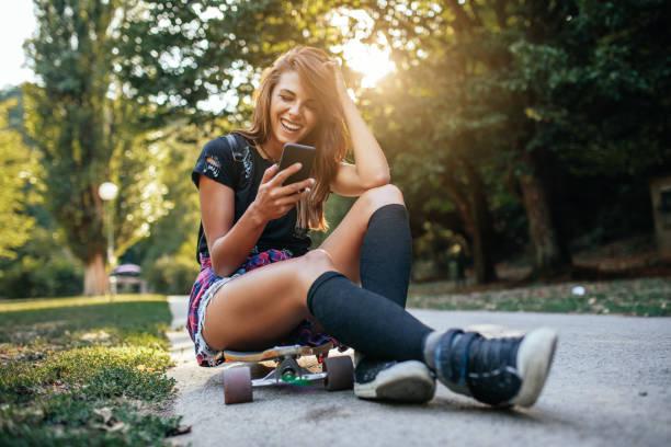 ihre tricks teilen mit freunden - hipster unterwäsche stock-fotos und bilder