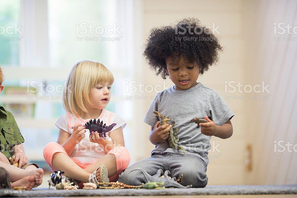 Compartilhamento de brinquedos - foto de acervo