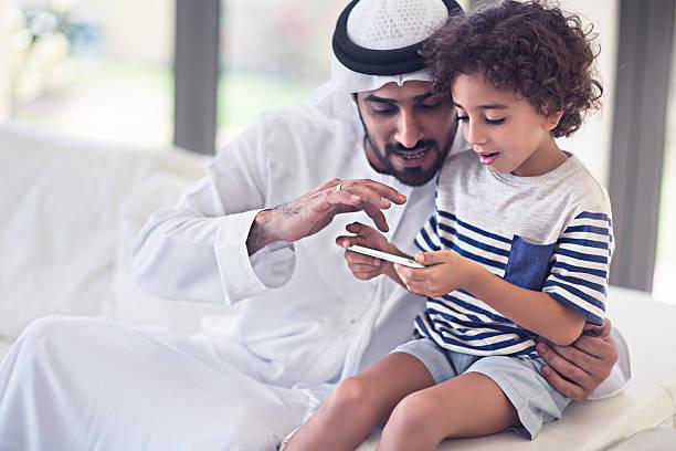 sharings время с его сын - arab стоковые фото и изображения