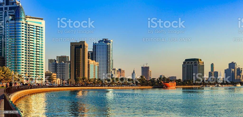 Sharjah, VAE – Ausblick auf Corniche bei Sonnenuntergang. – Foto