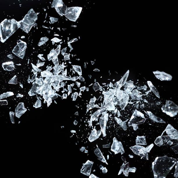 Scharfe Fragmente von gebrochenem Kristall – Foto