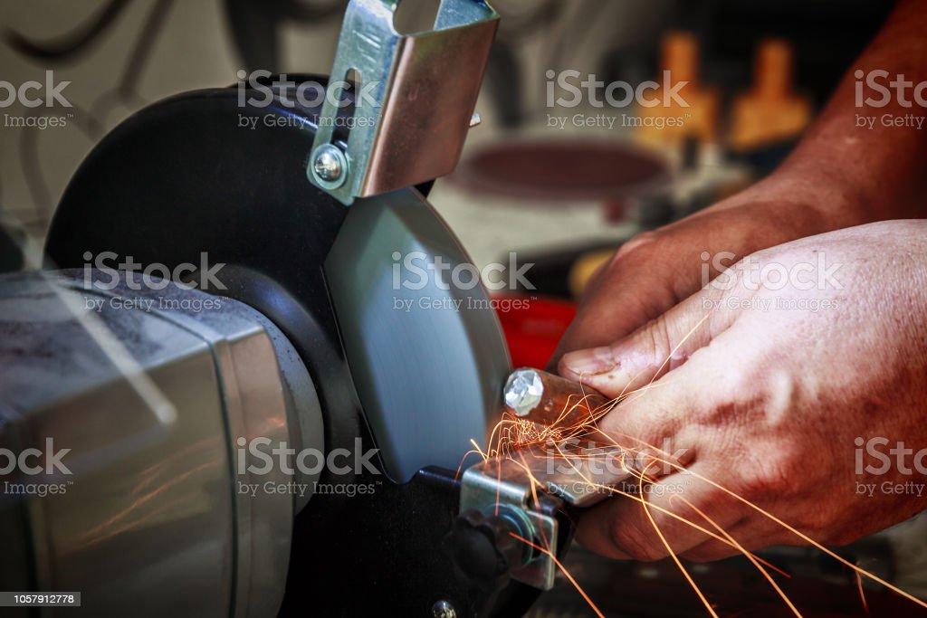 Afilado de la palanquilla de acero en la máquina de pulir - foto de stock