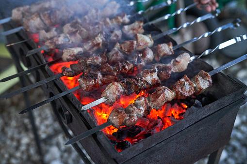 Sjasliek Voorbereiden Op Een Barbecuegrill Op Houtskool Stukken Vlees Op Een Spies Shish Kebab Bereiden In Brand Stockfoto en meer beelden van Buitenopname