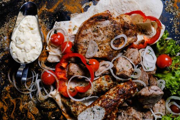 schaschlik weißer soße fleisch essen traditionelle küche - weißes lamm stock-fotos und bilder