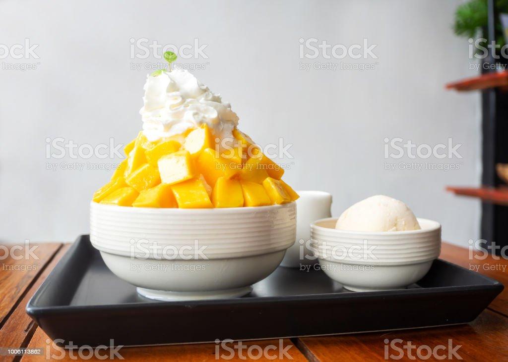 면도 얼음 디저트 망고 슬라이스, 휘 핑된 크림, 바닐라 아이스크림으로 봉사. 한국 스타일에서 달콤한 디저트입니다. 스톡 사진