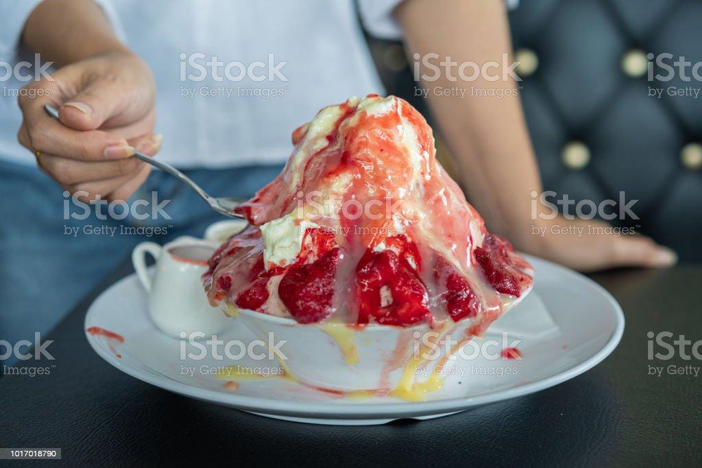 면도 얼음 또는 딸기 bingsu 신선한 우유 스톡 사진