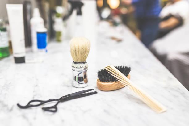 Afeitamiento y equipo de peluquería en el escritorio. - foto de stock