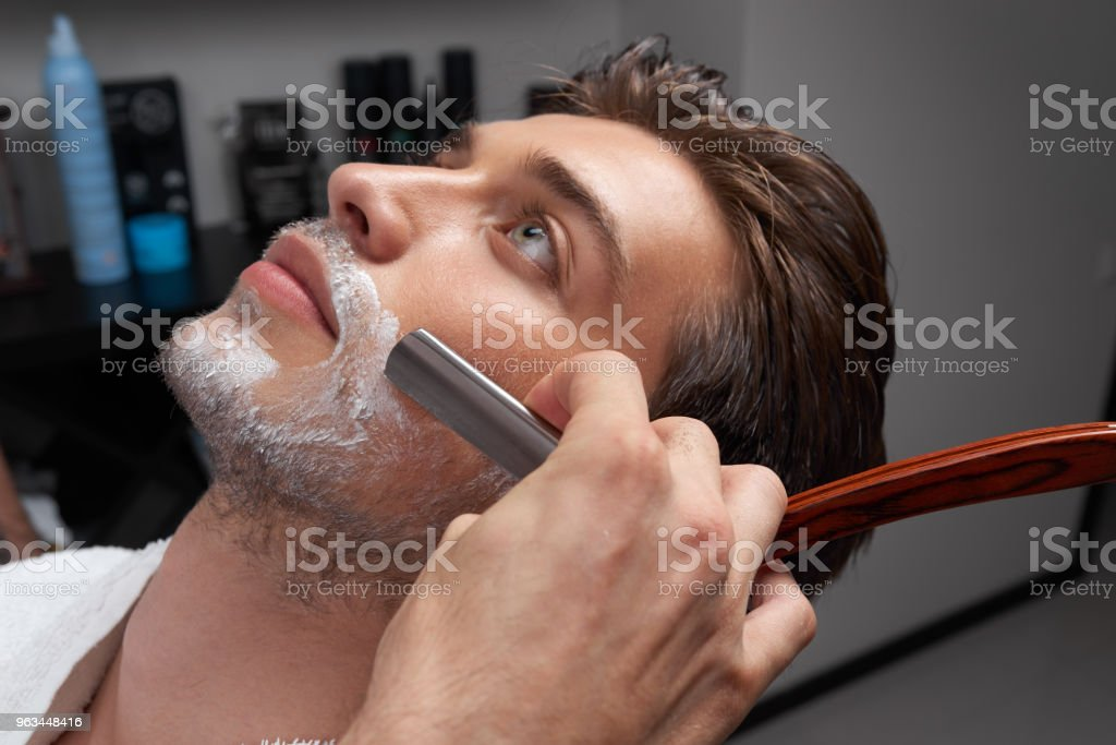 processus de rasage Barbershop visage closeup - Photo de Adulte libre de droits