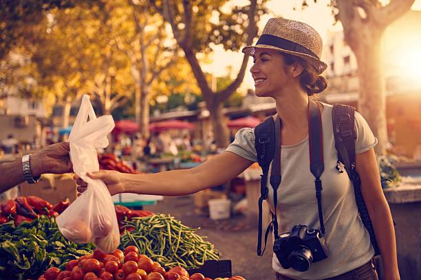 彼女が徒歩圏内にあり、地元のお菓子を購入 ストックフォト