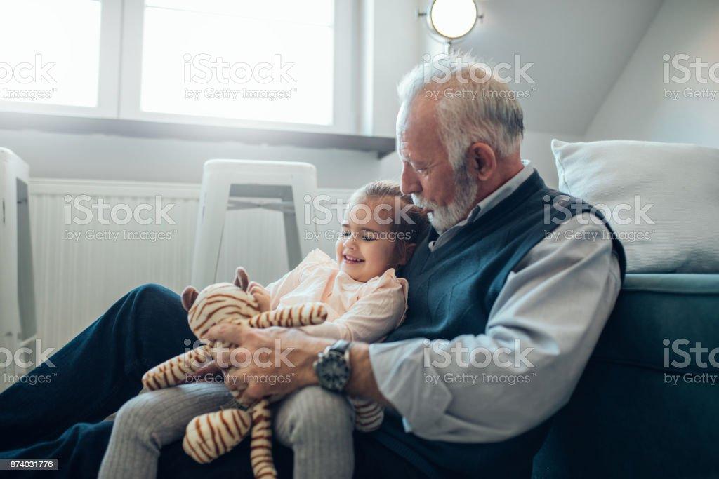 Sie genießt die Zeit mit ihrem Opa – Foto