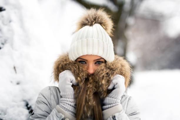 sie kältegefühl - mützenschal stock-fotos und bilder