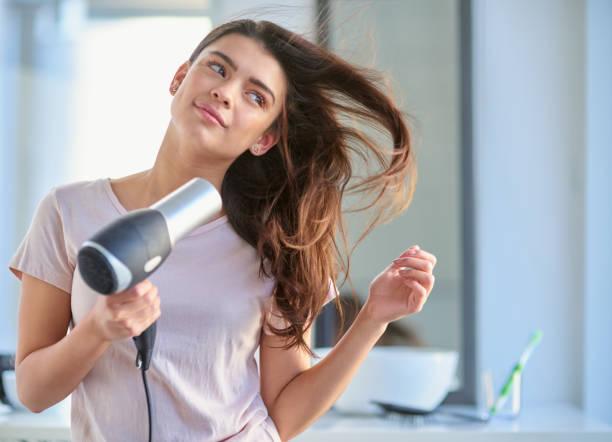 sie hat die perfekte haarpflege routine - haarfön stock-fotos und bilder